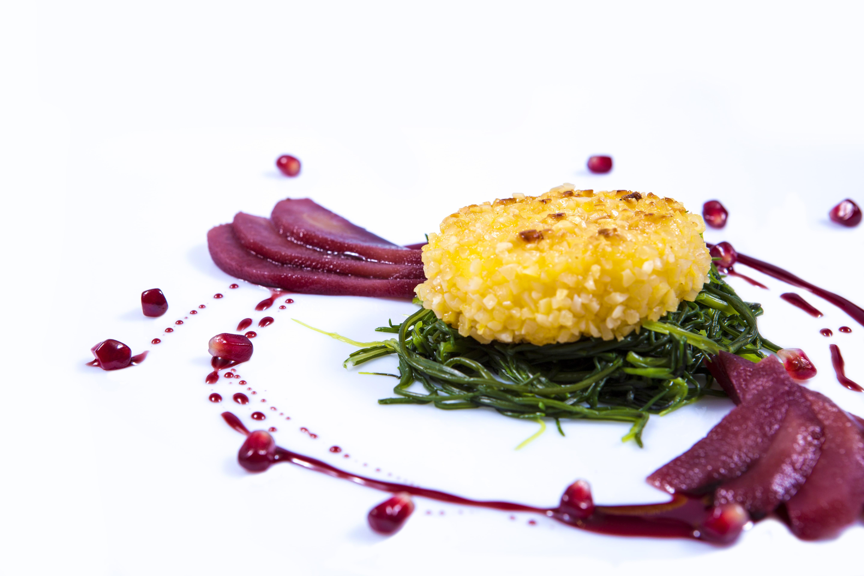 Autunno - Pecorino in crosta di mandorle con cicoria & pere in vino rosso-min